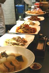 カウンターに並ぶ料理